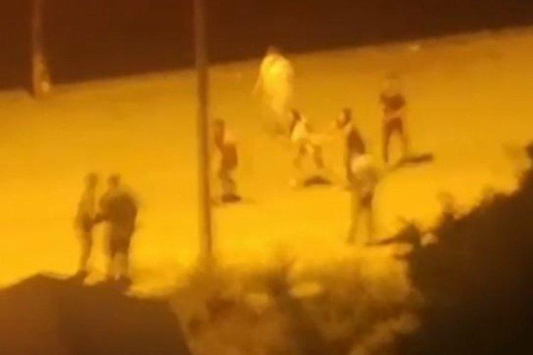 Gençler sokak ortasında tekme tokat kavga etti