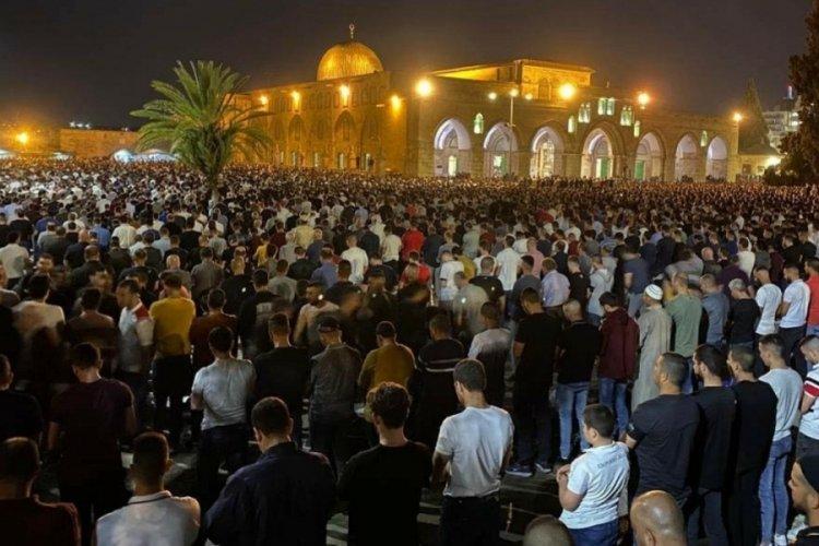 Binlerce Filistinli Kadir Gecesi için Mescid-i Aksa'ya akın etti