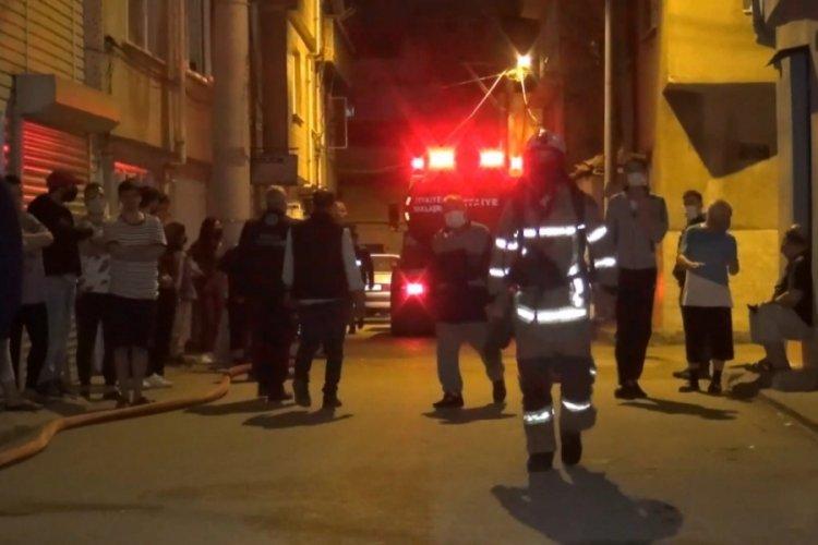Bursa'da metruk binaya gelen gençler, evin çatısını da ateşe verdi