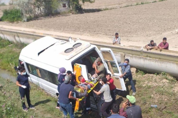 Tarım işçilerini taşıyan minibüs şarampole devrildi
