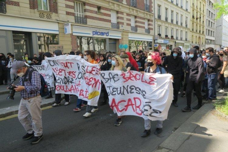 Paris'te öğrenciler sokaklara döküldü
