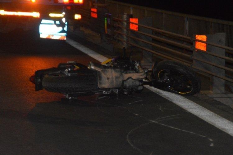 Motosiklet sürücüsü ön tekeri kaldırmak isterken hayatını kaybetti!