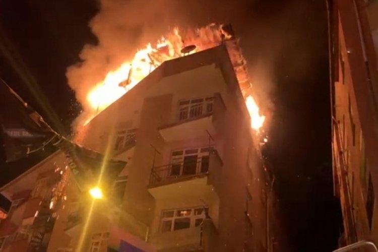 5 katlı binanın çatısında korkutan yangın