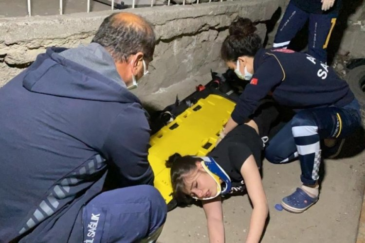 Dengesini kaybeden genç kız, 3. kattan düştü