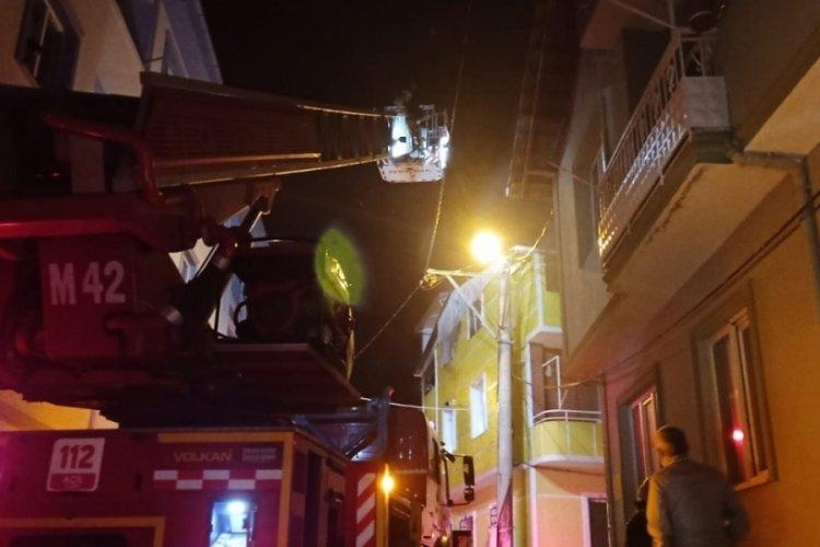Bursa'da korkutan yangın: Dumandan etkilenen 2 kişi hastaneye kaldırıldı