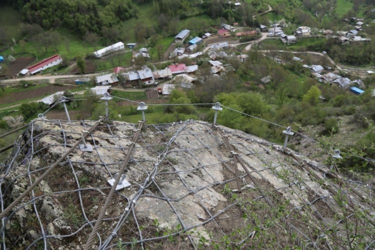 Köy, 350 tonluk kayadan çelik halatla korunuyor