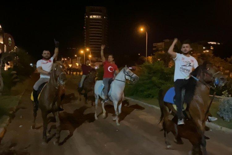 İsrail'i at üstünde protesto ettiler