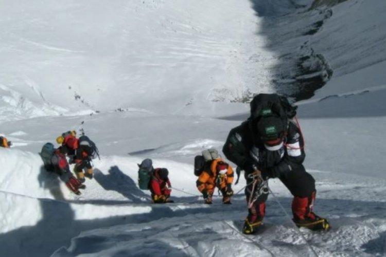 Everest'e tırmanan 2 dağcı hayatını kaybetti