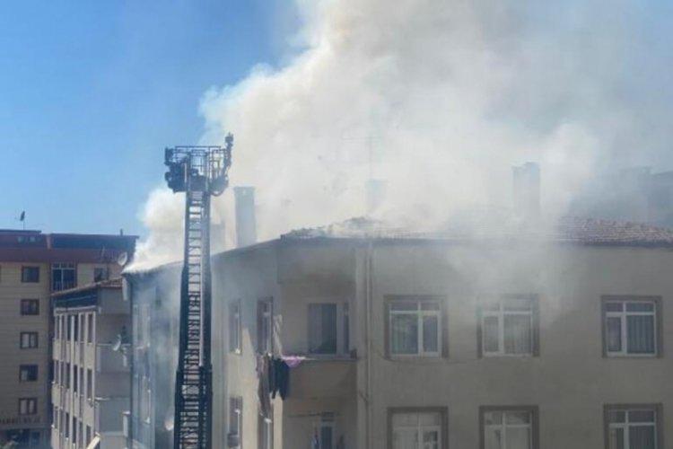 Beş katlı binanın çatısında korkutan yangın