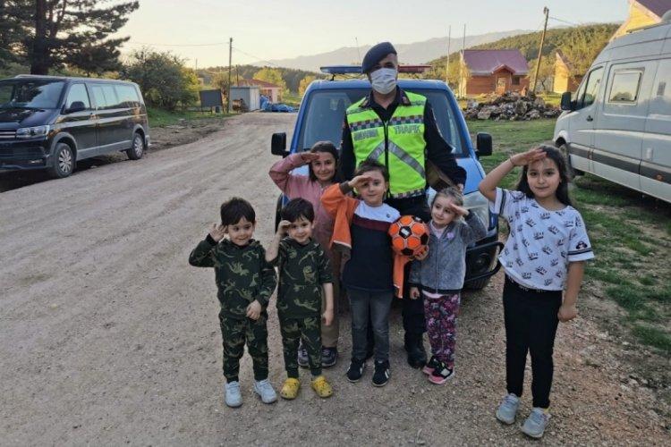 Bursa'da jandarmadan çocuklara bayram hediyesi