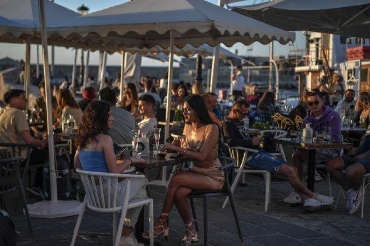 Yunanistan kapılarını turistlere açtı! Resmen akın ettiler