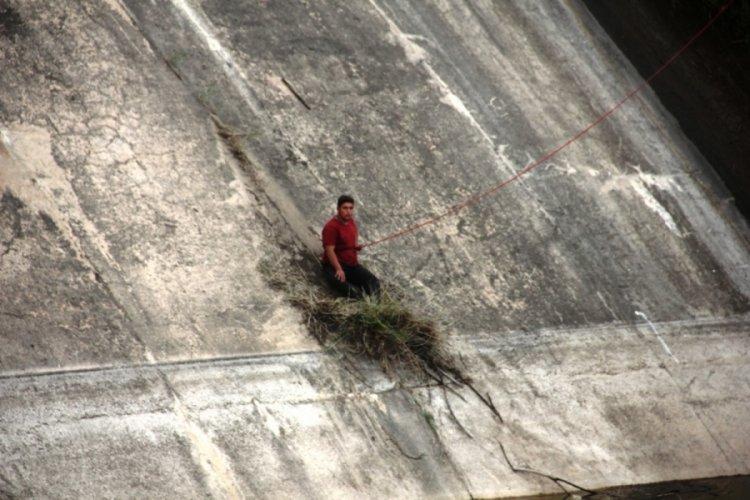 Baraja düşerken otlara tutunarak hayatta kaldı, arkadaşı ise kayıp