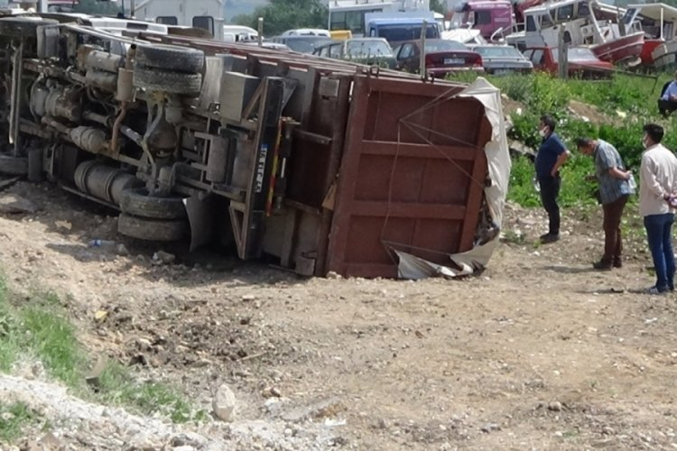 Bursa İnegöl'de devrilen kamyonun sürücüsü yaralandı