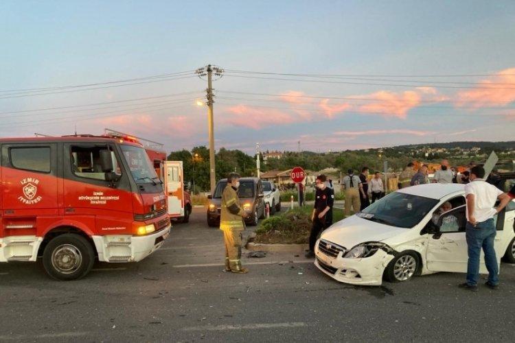 İzmir'de feci kaza: Araç içine sıkıştılar