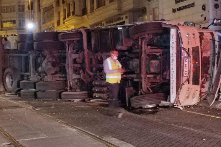Tramvay yoluna devrilen kamyon kaldırıldı