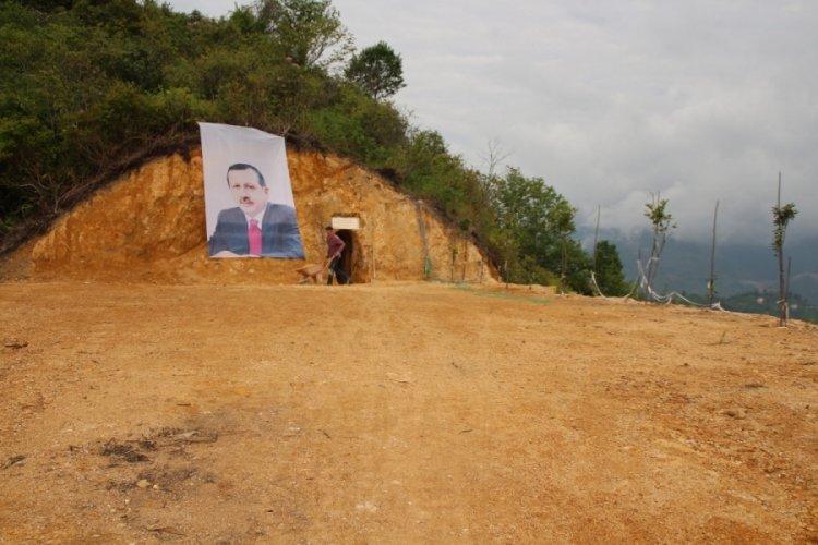 Can sıkıntısından mağara yaptı, siyasilere ithaf etti