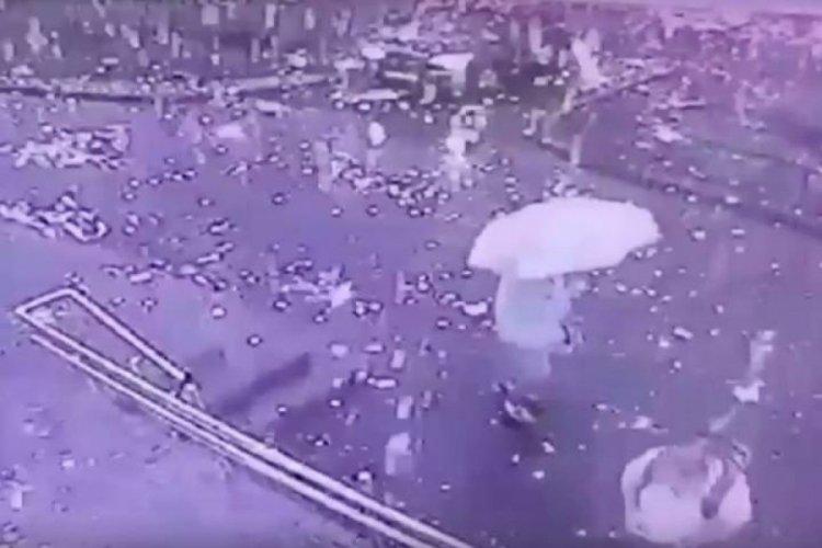 Rusya'da yıldırımın düştüğü çatıdan saçılan kıvılcımların arasında kaldılar