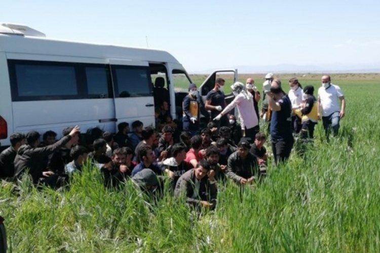 15 kişilik minibüsten 56 kaçak göçmen çıktı