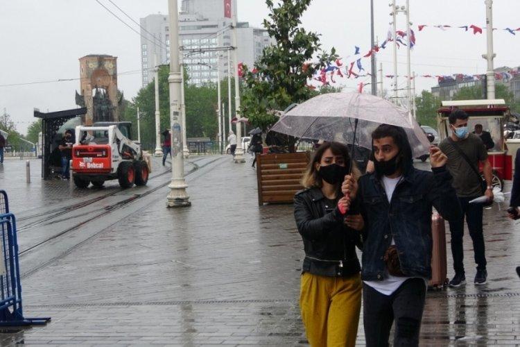 Sağanak yağış Taksim'de hayatı felç etti