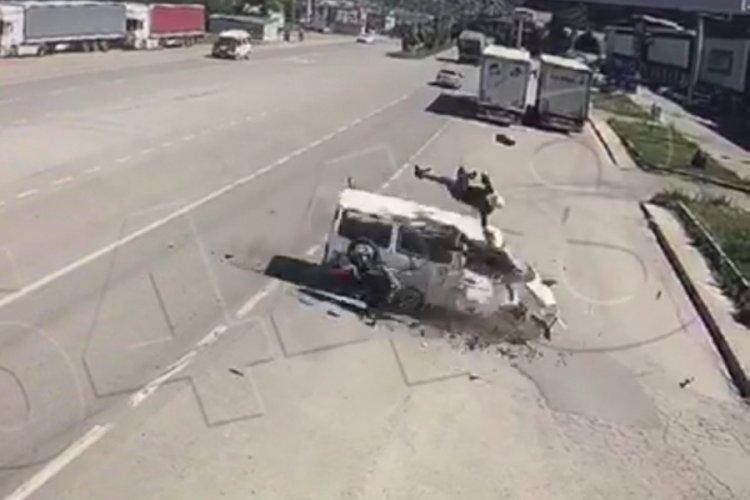 Motosikletten fırlayıp minibüsün üstüne düştü