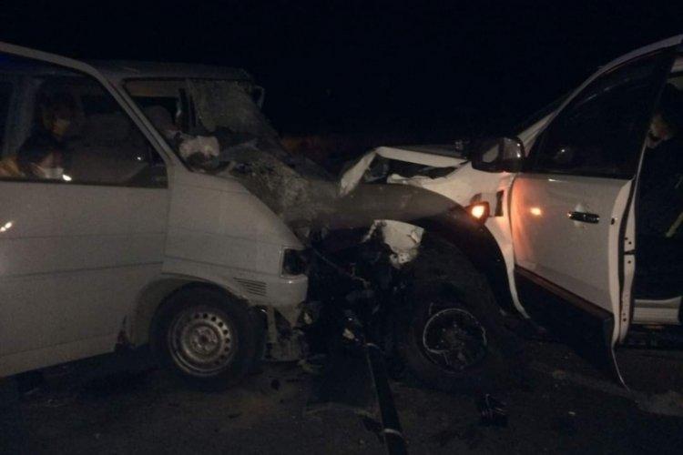 Kamyonetle minibüs çarpıştı: 2 ölü, 3 yaralı