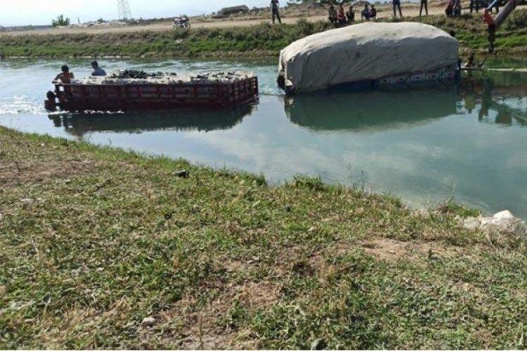 Tarım işçilerini taşıyan traktör su kanalına düştü