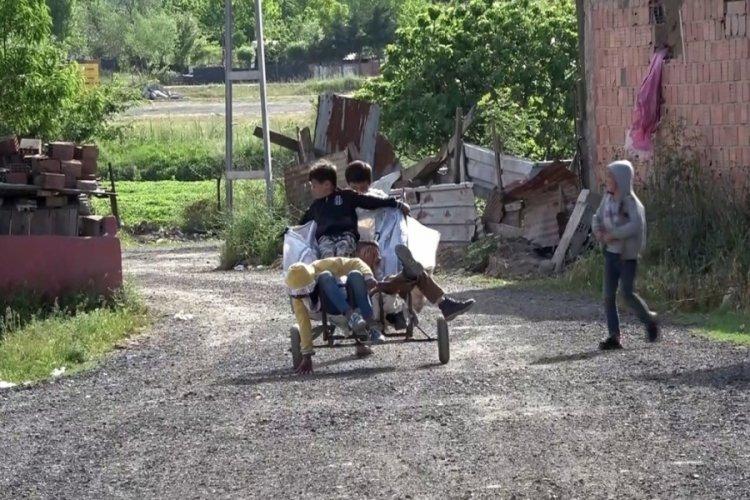 5 çocuğun kağıt topladıkları el arabası eğlence araçları oldu