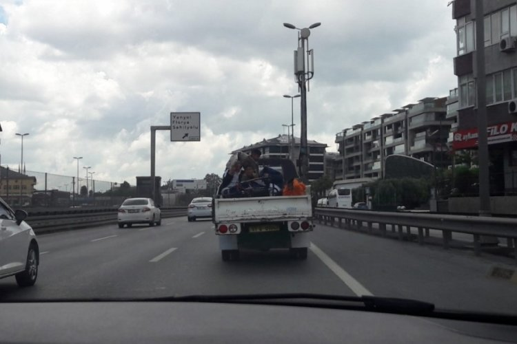 Çocukların kamyonet kasasında tehlikeli yolcuğu