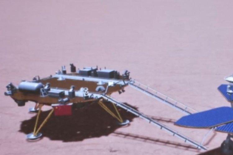 Çin'in Mars keşif aracı Zhurong, Kızıl Gezegen'e ilk ayak izini bıraktı