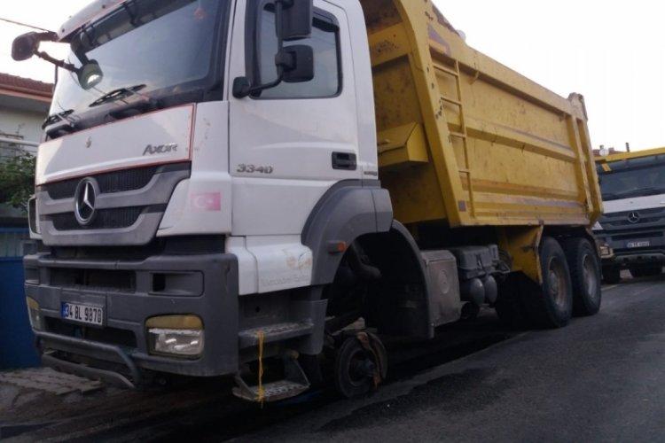 Bursa'da hafriyat kamyonun tekerliği yerinden fırlayarak patladı