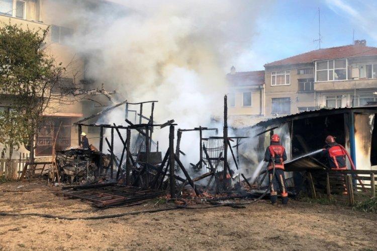 Barakada çıkan yangın binaya sıçradı: 2 yaralı