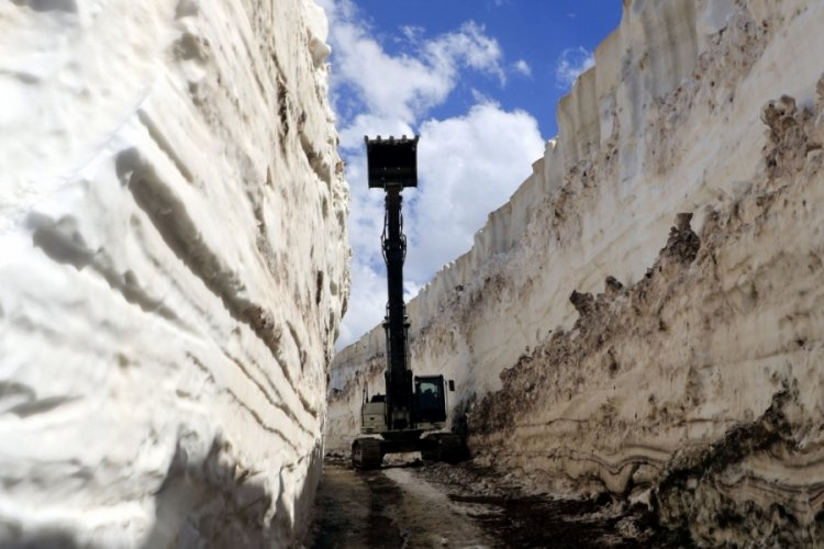 Yüksekova'da, 8 metrelik karla mücadele