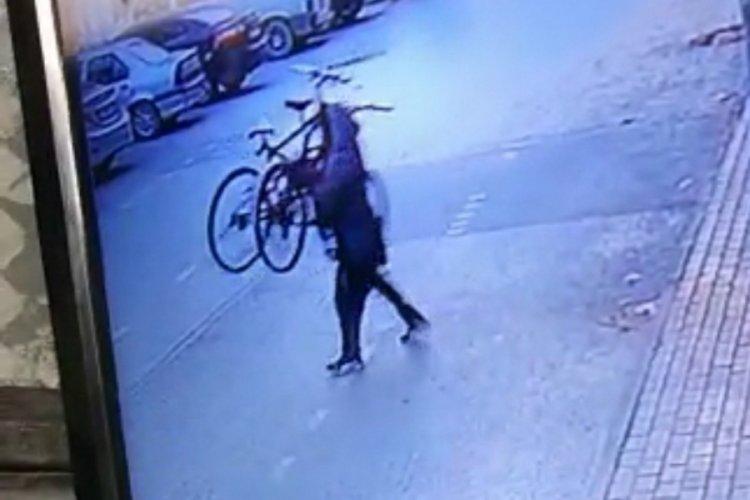 Bursa'da 2 bisikleti bir hamleyle böyle çaldı