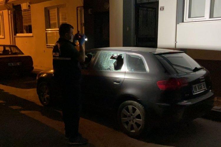 Bursa'da kavgalarını ayırdığı gençler, aracının camlarını kırdı