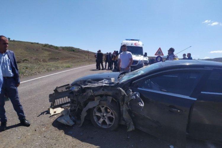 İki araç kafa kafaya çarpıştı: 9 yaralı