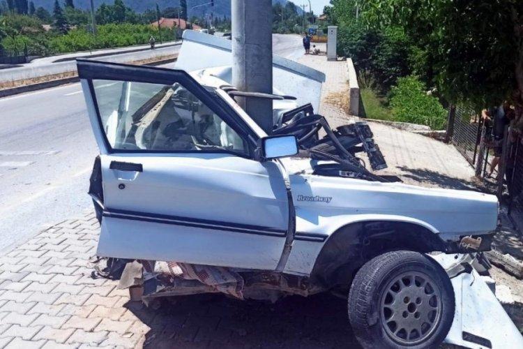 Elektrik direğine çarpan otomobil iki parçaya bölündü