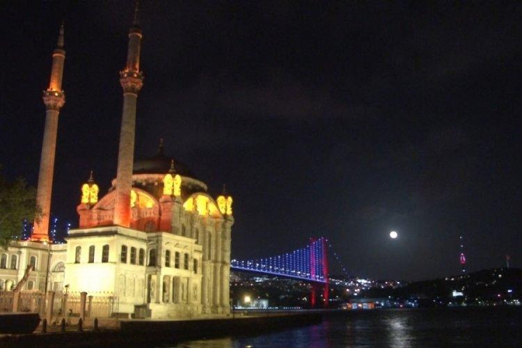 """""""Süper Çiçek Kanlı Ay"""" tutulması İstanbul'da böyle görüntülendi"""