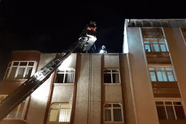 Zeytinburnu'nda 3 katlı binanın çatı katında korkutan yangın