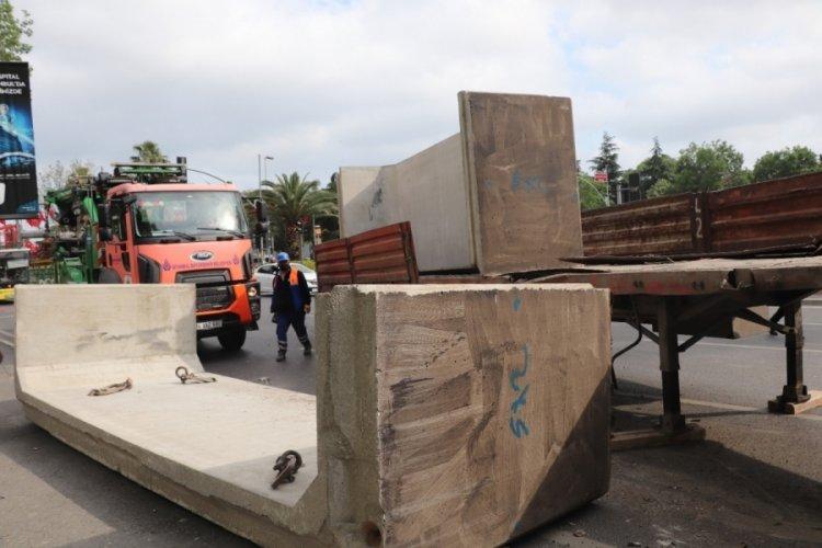 Tırın üzerindeki 13 tonluk beton blok yola devrildi