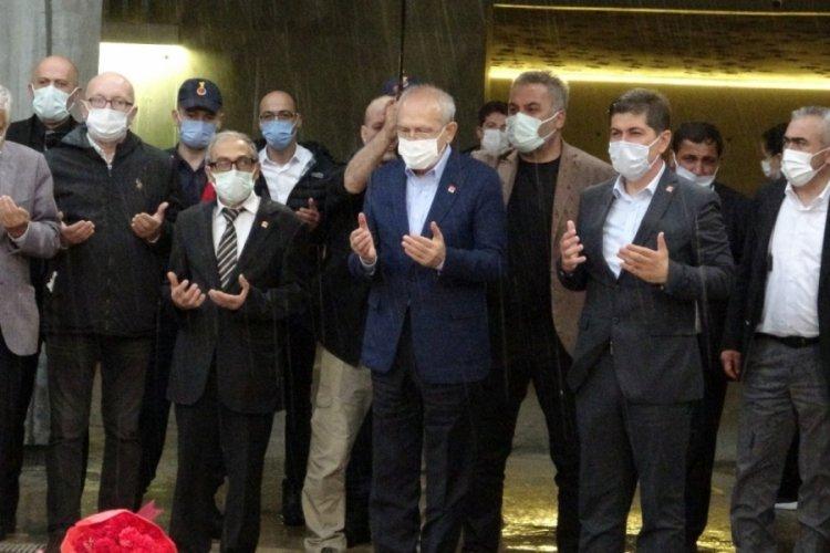 Kılıçdaroğlu, 9. Cumhurbaşkanı Demirel'in anıt mezarına çiçek bırakıp dua etti
