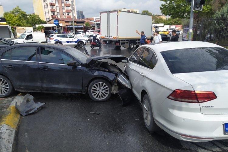 Kontrolden çıkan otomobil iki araca çarptı