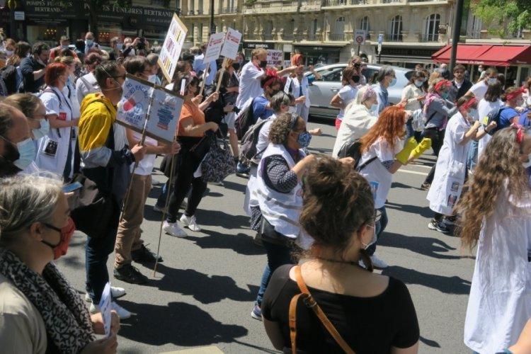 Fransa'da sağlıkçılardan protesto