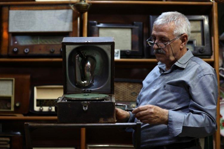 Bursa'da eski radyoları müzeyi andıran evinin odasında sergiliyor