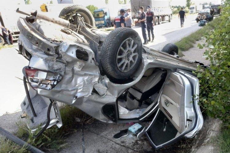 Otomobil su kanalına devrildi: Yaralılar var...