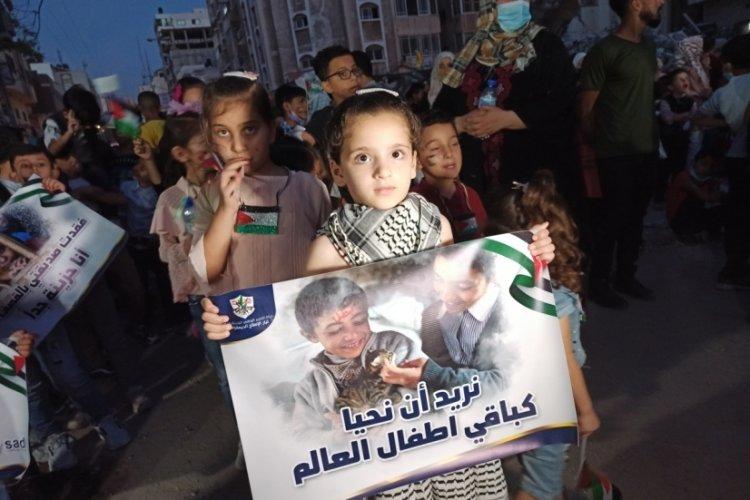 Filistinli çocuklar, İsrail saldırılarında ölen çocuklar için mum yaktı