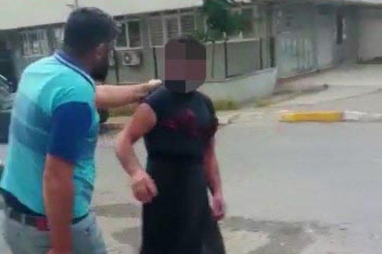 Eşini taciz eden kişiyi sütyen ve etek giydirip sopayla dövdü