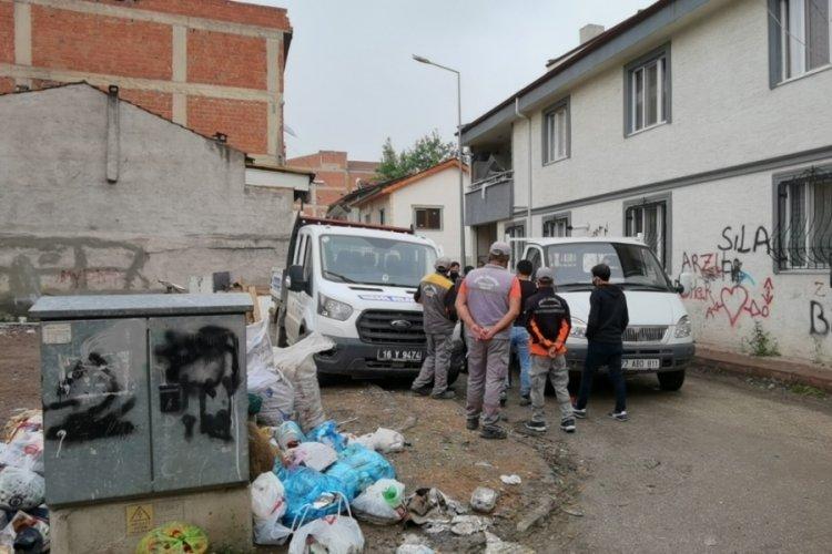 Bursa'da kamyonet park halindeki araca çarptı, belediye personeli yaralandı