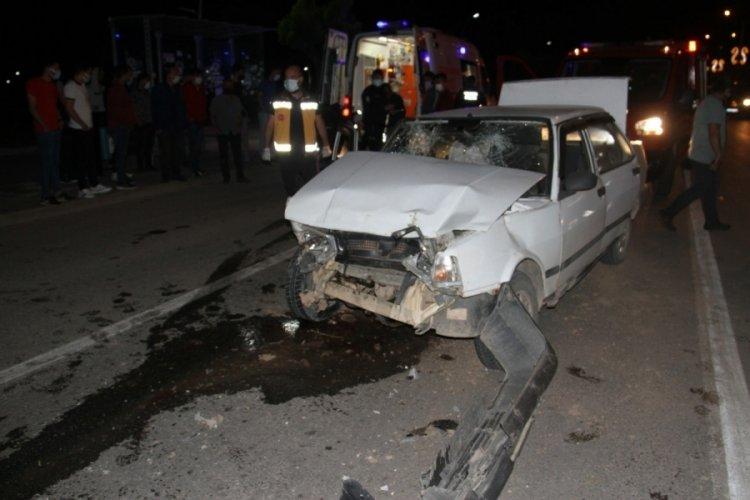 Kırmızı ışıkta beklerken araba çarptı!