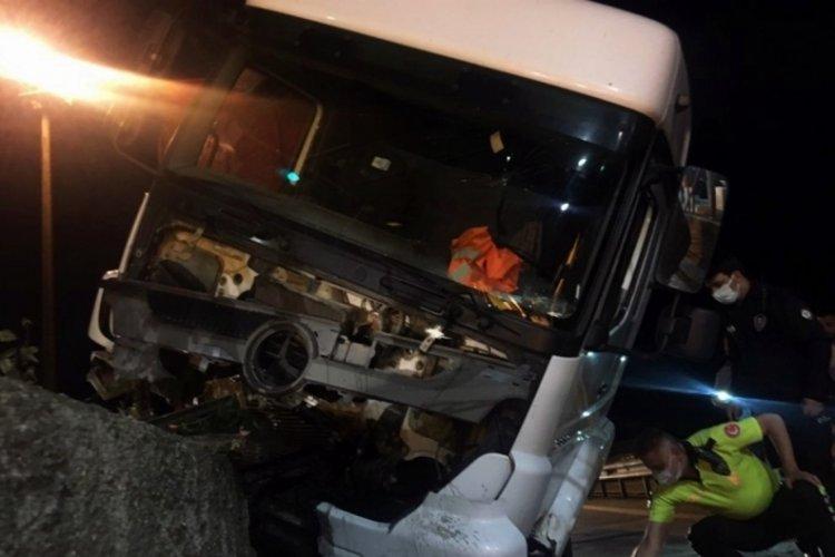 Alkollü kamyon sürücüsü kaza yaptı, araç hurdaya döndü