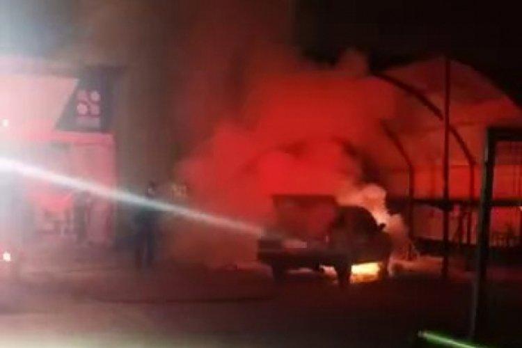 Akaryakıt istasyonuna park edilen otomobil alev alev yandı